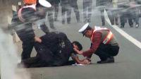 交警事故现场脱棉衣护伤者