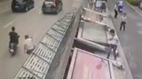 吓尿!公交车站台突然倒塌
