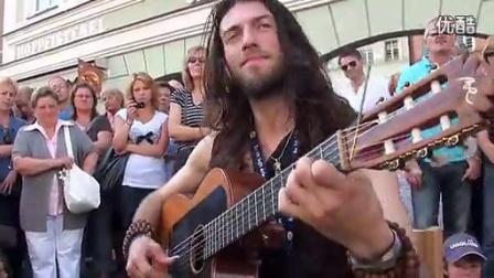外国吉他艺人在街上卖唱引围观